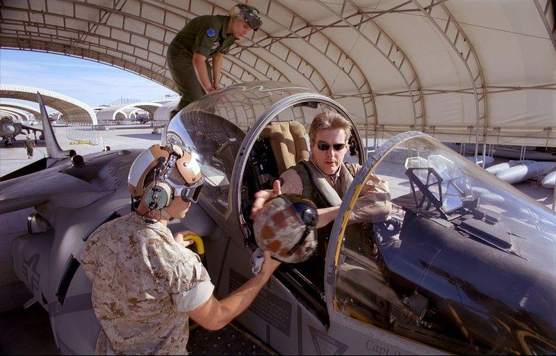 Mike Carriker, pilote d'essai en chef de Boeing, à bord d'un chasseur Harrier (image du film)