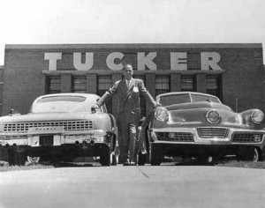 Preston Tucker devant son usine