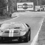 La GT40 Mk.II de Bruce McLaren et Chris Amon au virage d'Arnage, Le Mans 1966.