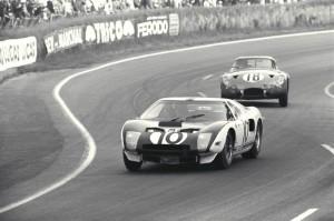 Le Mans 1964 : l'apprentissage. La GT40 Mk.I numéro 10 de Phil Hill et Bruce McLaren.