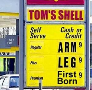 L'essence, ça coûte un bras. Ou une jambe. Ou pire !