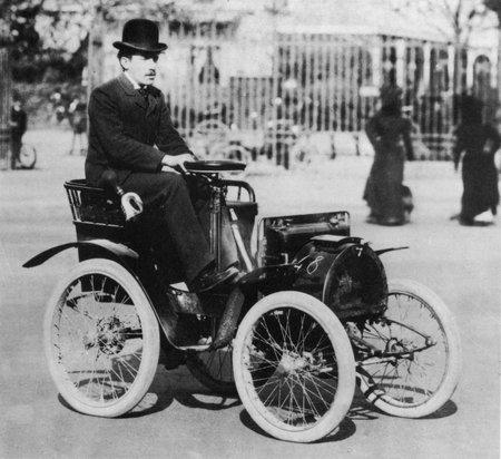 Louis Renault à bord de sa voiturette Type A