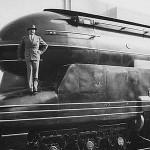 Raymond Loewy sur l'une des ses créations, la locomotive Pennsylvania S1