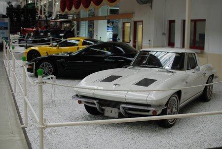 Quelques Corvette : une C2 au premier plan, une C5 derrière et une C6 Z06 au fond.