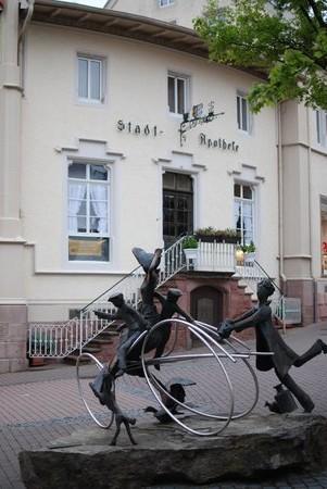 Une statue a été érigée en hommage à Bertha Benz.
