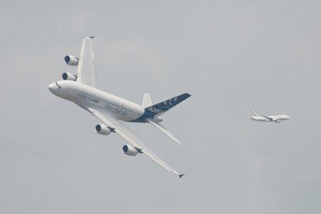 Photo de famille : l'A380 en pleine démonstration, et un A320 en approche pour Roissy.