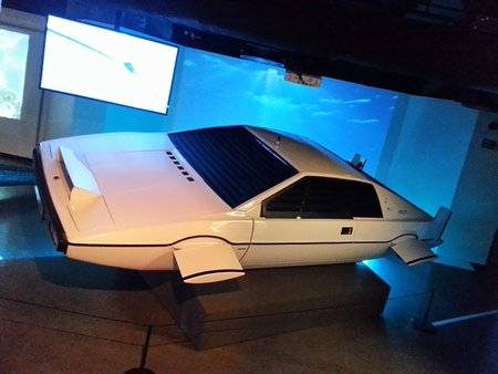 "La fameuse Lotus Esprit amphibie de ""L'Espion qui m'aimait"" (""The Spy who Loved Me"", 1977)."