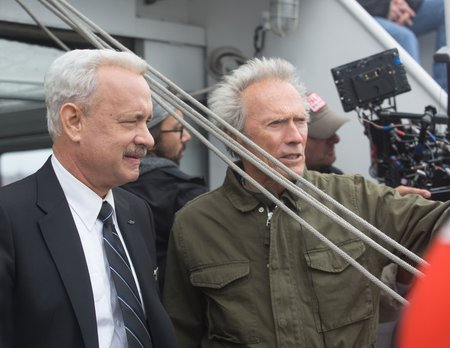 "Tom Hanks et Clint Eastwood sur le tournage de ""Sully"" © Warner Bros."