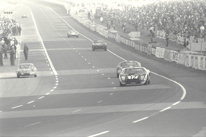 Le Mans 1964 : l'apprentissage. La GT40 Mk.I numéro 12 de Richard Attwood et Jo Schlesser.