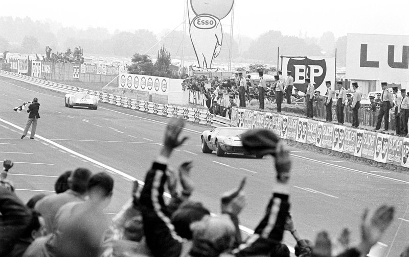 Le quiz de l'hiver ! - Page 2 Le-Mans-69-Ickx-devant-Porsche-908
