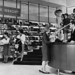 Une librairie à la Marina City (vers 1963)
