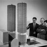 L'architecte Bertrand Goldberg (premier à gauche) devant la maquette de Marina City