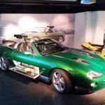 """La Jaguar XKR pilotée sur la banquise par Zao, l'homme de main de Gustav Graves dans """"Meurs un autre jour"""" (2002)."""