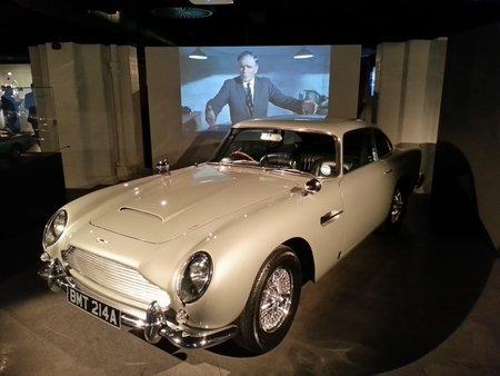"""La légendaire Aston Martin DB5 apparue pour la première fois dans """"Goldfinger"""" (1964)."""